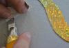 Vorsichtig die Glitzerfolie vom Trägerpapier lösen, ...